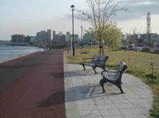 夕方、日影も長くなった遊歩道のベンチ